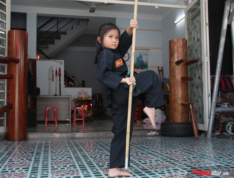 Càng bất ngờ hơn khi cô bé này chỉ mới đến với võ thuật khoảng 9 tháng và chưa một lần đi thi đấu.