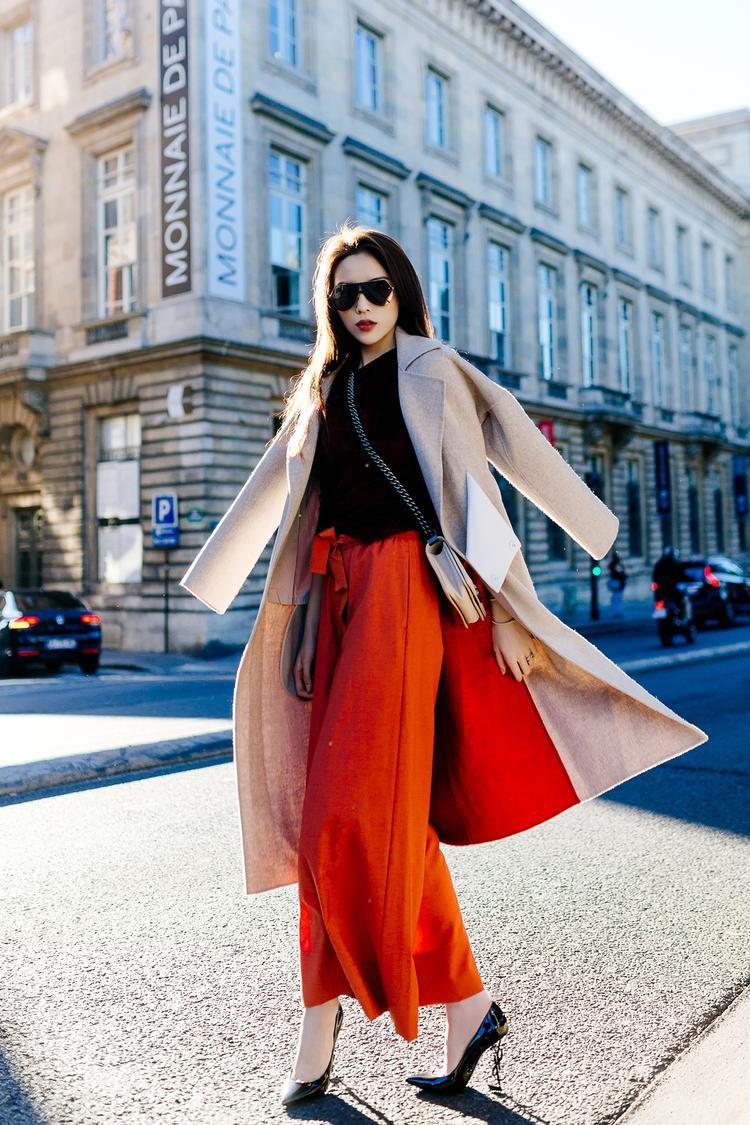 Với thời trang đường phố, Kỳ Duyên áp dụng những món đồ đơn giản, tinh tế kết hợp nhiều phụ kiện đang là hot trend thế giới.