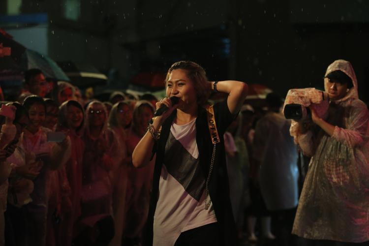 Nữ ca sĩ cá tính di chuyển xuống giao lưu cùng người hâm mộ mặc cơn mưa tầm tã.