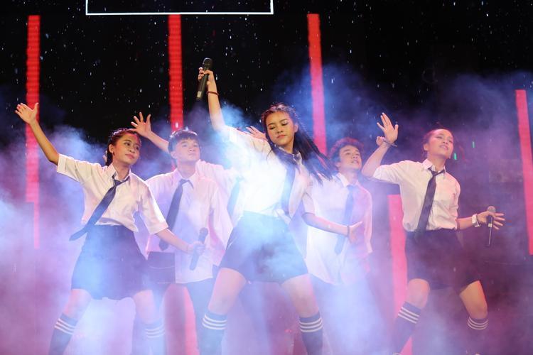 Nguồn năng lượng của nhóm nhạc tân binh P336 cũng khiến các fan như được sống lại thời áo trắng đến trường.