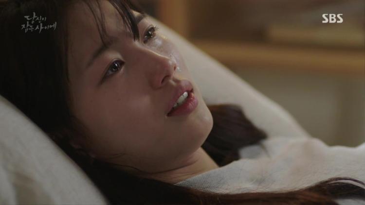 Hong Joo tỉnh dậy trong bênh viện và thấy tóc mình đã dài
