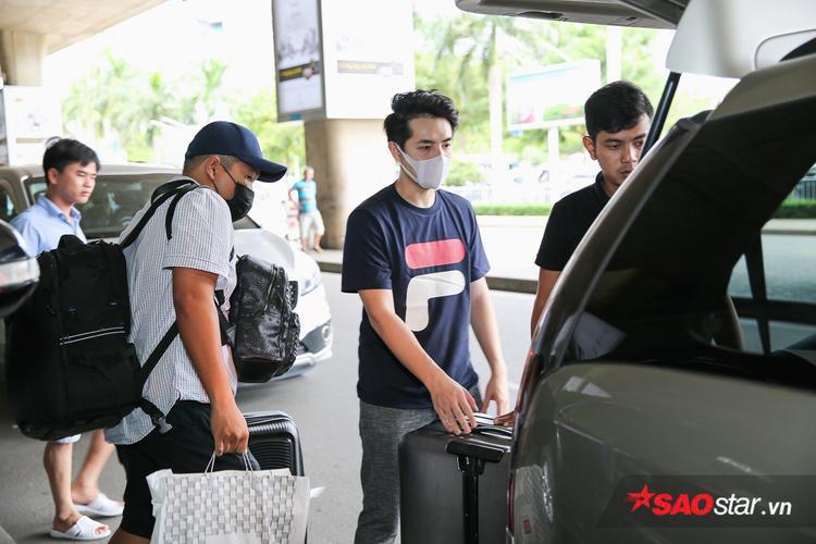 Trong lúc bạn gái đang bận rộn, Ông Cao Thắng cùng ê-kíp đưa hành lý ra xe để chuẩn bị di chuyển về nhà nghỉ ngơi.