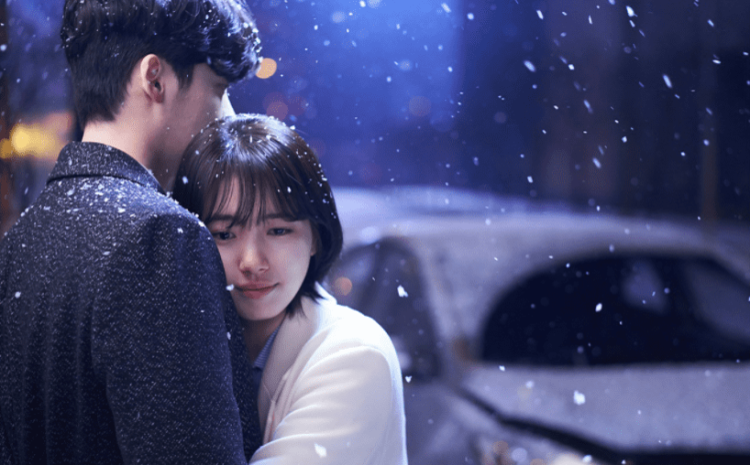 Nam Hong Joo ôm chầm lấy Jung Jae Chan khiến khán giả ngỡ ngàng vì cô nàng quá chủ động, thay đổi tình cảm cũng nhanh chóng.
