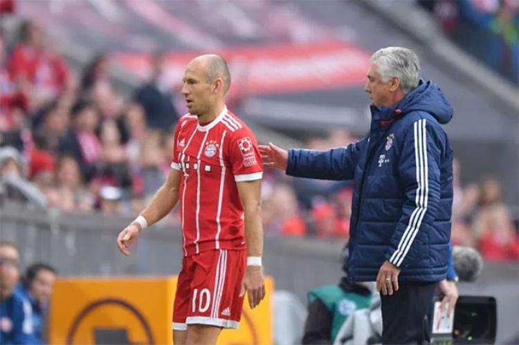 Arjen Robben quay lưng với ông thầy.