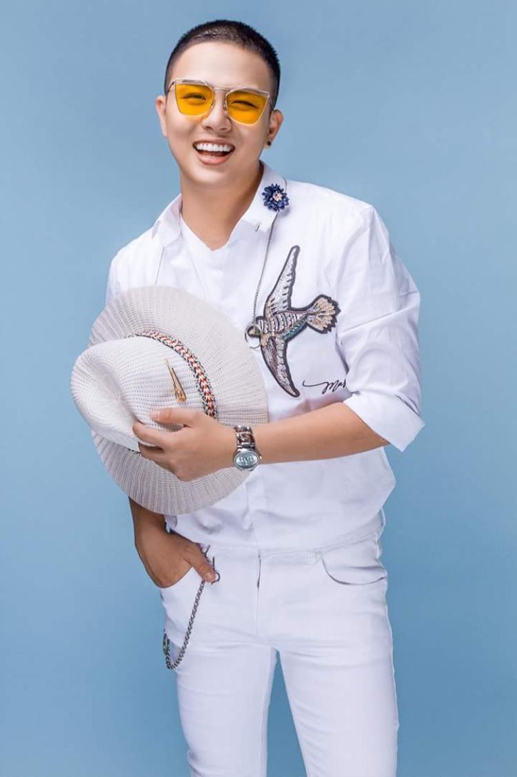 """Trong khi Duy Khánh chọn sơmi trắng có họa tiết chim thêu đắp, cùng quần kaki trắng để biến mình thành """"Soái ca""""."""