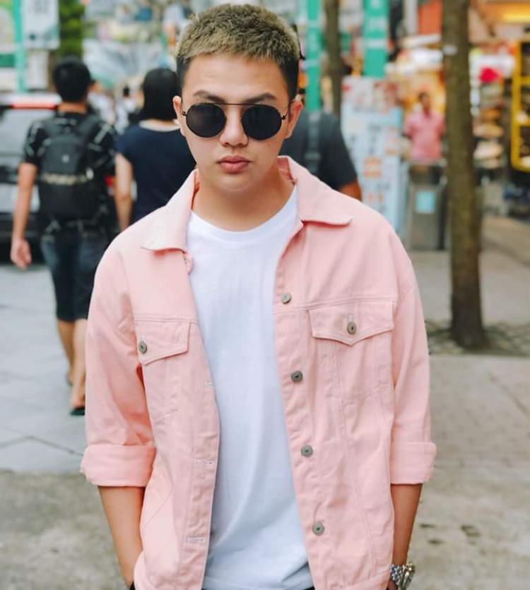 Hay chiếc áo khoác tone màu hồng pastel này, tưởng khó mặc nhưng Khánh rất thông minh khi phối cùng áo thun trơn đơn giản, kính mát đen cùng thần thái chất ngầu như thế này.