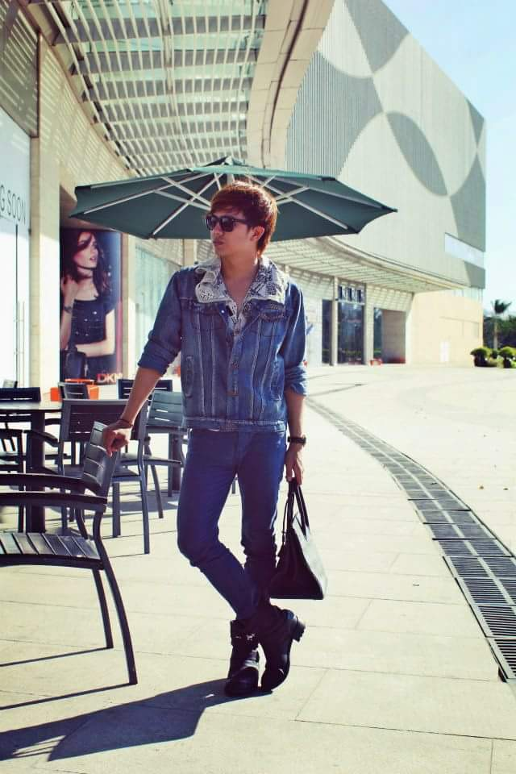 Nhưng nếu Duy Khánh chọn phối chung với kính mát đen, túi da cùng giày boots cool ngầu…