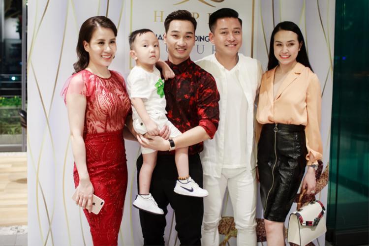Vợ chồng ca sĩ Tuấn Hưng đưa con trai Su Hào đến chúc mừng Thành Trung.