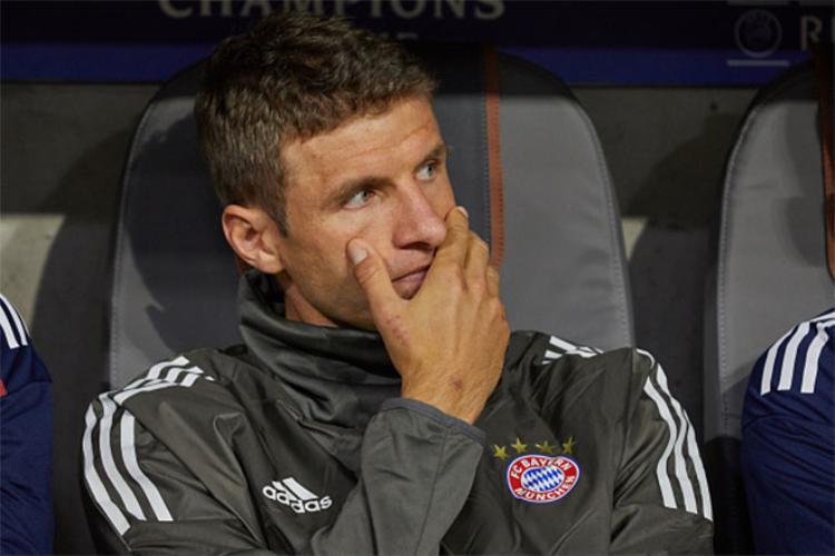 Bỏ rơi Thomas Mueller trên ghế dự bị khiến Ancelotti càng bị cô lập.