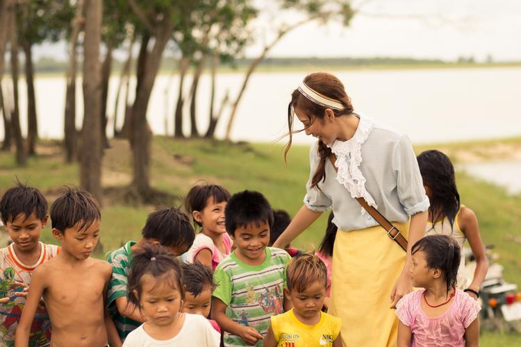 Đáng chú ý, MV này được Phan Ngân thực hiện ngay tại nơi mà các em nhỏ nghèo khó đang sống vùng biên giới.