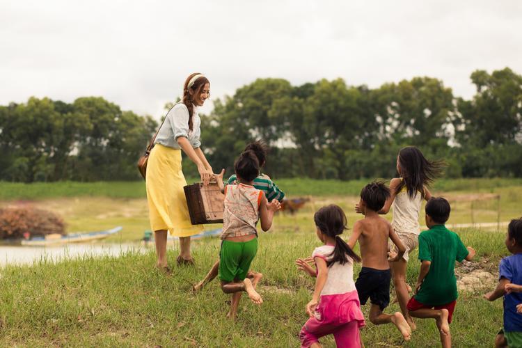 Ngoài những phân cảnh hát đơn, toàn cảnh MV là những cảm xúc thật của Ngân và các em bé.