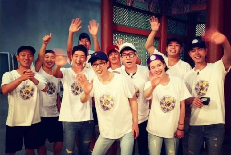 Nếu để ý bạn sẽ thấy Yoo Jae Suk luôn đứng ở giữa trong hầu hết hình của Running Man.