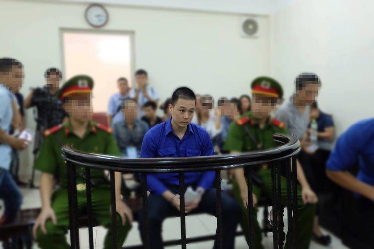 Bị cáo Cao Mạnh Hùng được áp giải đến phiên toà từ rất sớm. Sau gần 9 tháng kể từ khi sự việc xảy ra bị cáo trắng và béo hơn so với hình ảnh ngày bị tạm giữ hình sự.