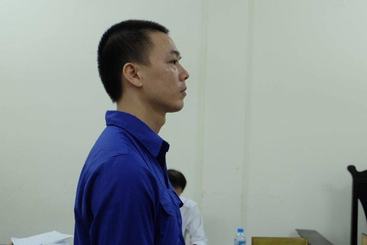 Bị cáo Cao Mạnh Hùng khá căng thẳng trước vành móng ngựa.