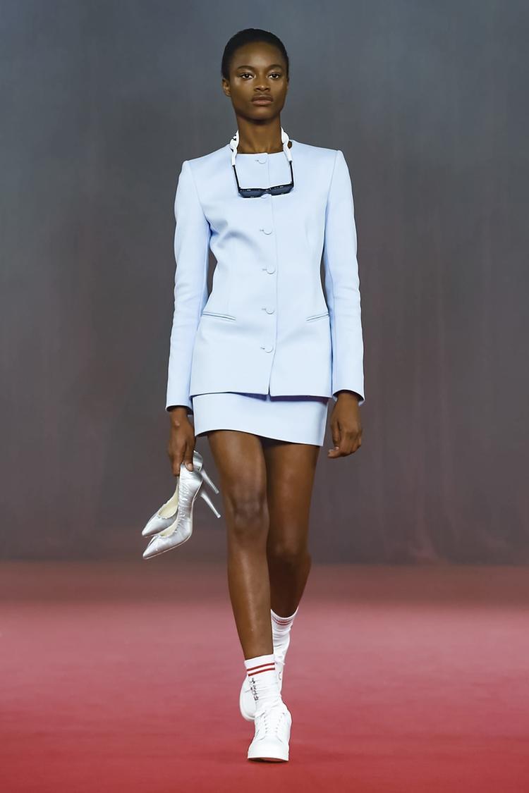Virgil Abloh đã phá vỡ nguyên tắc vest mix cùng váy không chỉ đi kèm với giày cao gót, mà nó còn rất hợp khiđi với sneaker.