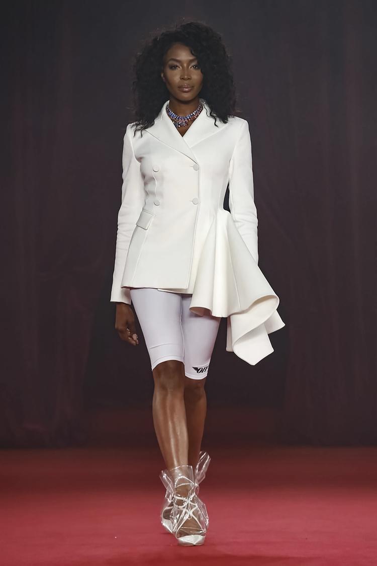 Siêu mẫu Naomi Campbell xuất hiện trong BST lần này của Off-white. Dù chỉ mang một màu trắngđơn giản nhưngNaomi Campbell vẫn luôn nổi bậtnhờthần thái , là yếu tố quyết định tất cả.