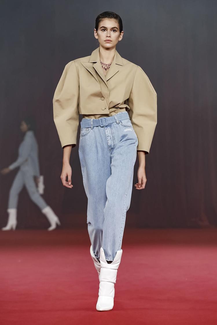 Lần này Virgil Abloh đã mạnh dạn thiết kế các kiểu dáng trang phục hơi hướng kì lạ và có phần không ăn ý với nhau.