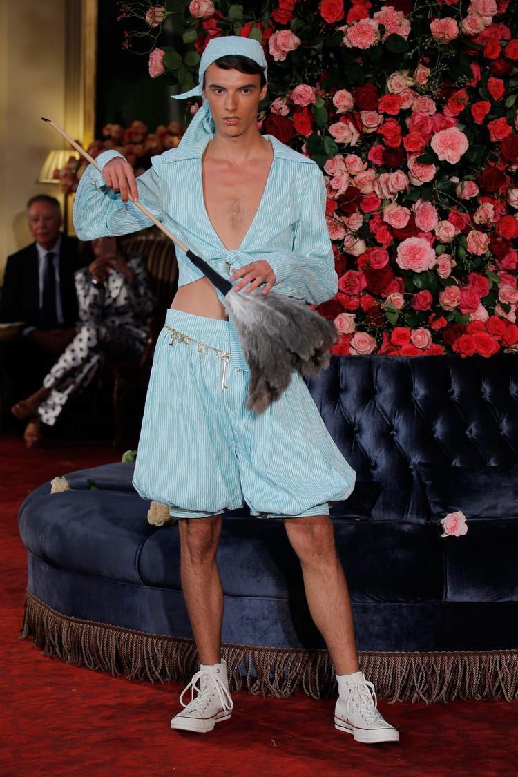 Chiếc quần dáng alibaba, áo sơ mi cột gấu cùng thắt lưng kim loại của những năm 70s làm giới mộ điệu liên tưởng đến hình ảnh một nhân viên lao công tại khách sạn.