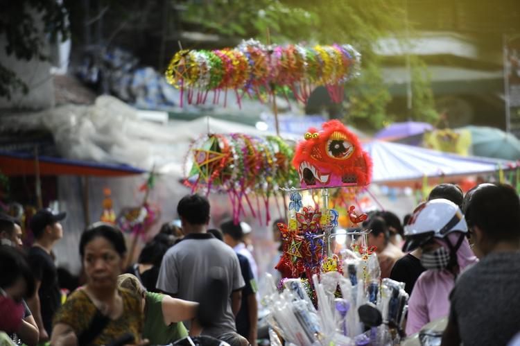 Những món đồ chơi sáng rực trong nắng vàng hơi lẫn sương mờ trên đường phố Hà Nội.