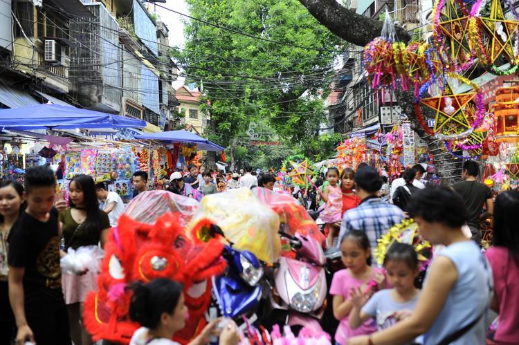 Từ chiều, phố Hàng Mã đã đông đúc ngộp thở.