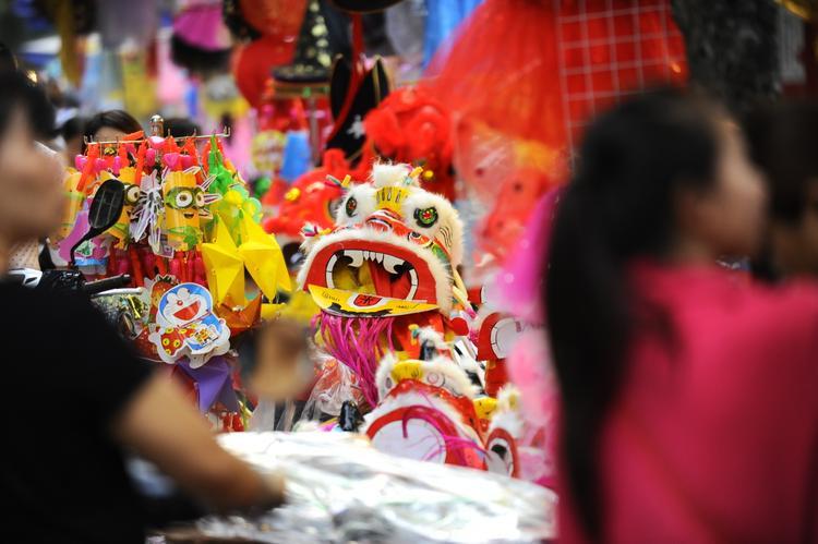 Người đi dạo ngắm những món đồ chơi rực rỡ sắc màu.