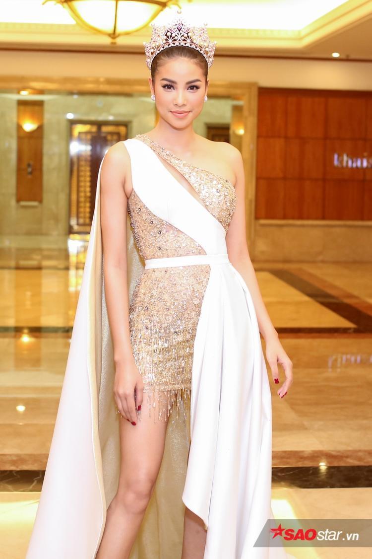 """Hoa hậu Phạm Hương xuất hiện như """"nữ thần"""" tại buổi họp báo công bố Top 70 Hoa hậu Hoàn vũ Việt Nam 2017."""