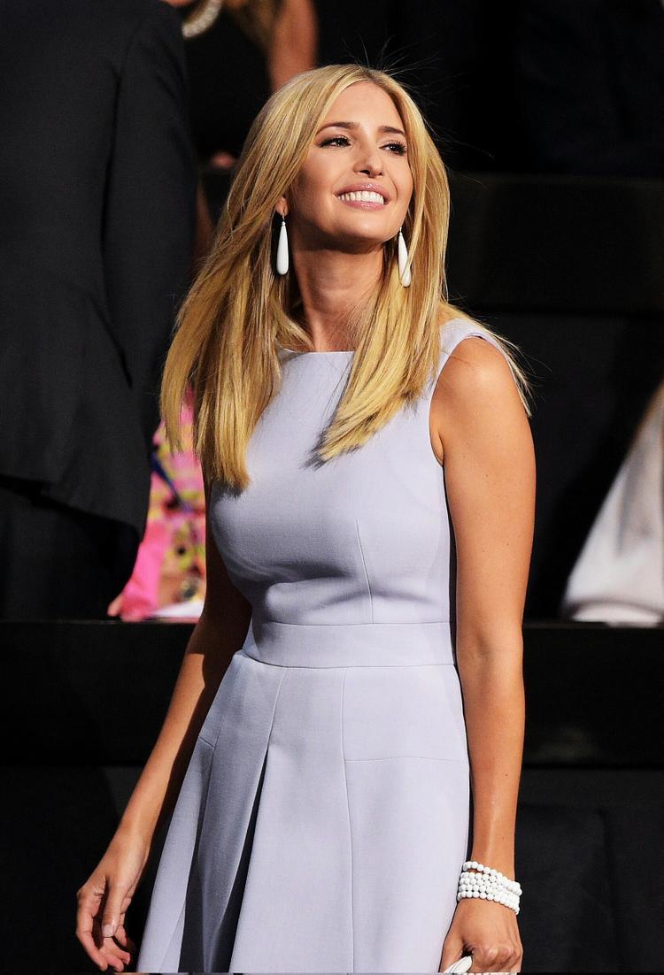 Trẻ trung cùng váy xòe nhẹ gam màu Pastel thời thượng, giúp tôn lên làn da cùng mái tóc vàng.
