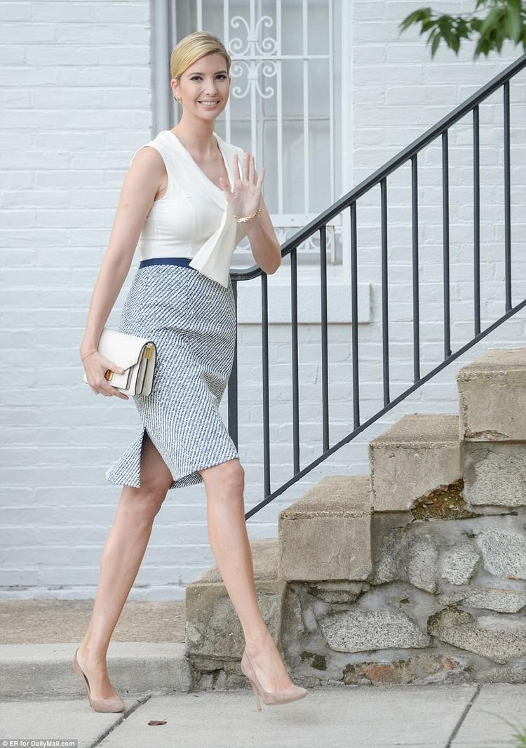 Thả dáng cùng áo kiểu tông màu sáng, chân váy ôm xẻ sườn cùng cách chọn phụ kiện túi và giày, ái nữ Tổng thống Mỹ trông thật tinh tế và thanh lịch.