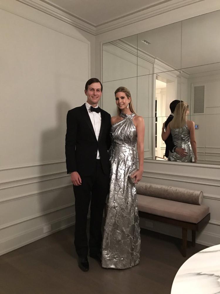 Thêm một thiết kế giúp Ivanka ghi điểm, đầm dạ hội gam màu ánh bạc nền nã, kết hợp cùng ví cầm tay và hoa tai tông ánh kim, cô nàng xinh đẹp sánh bước cùng chồng, nhà bất động sản Jored Kushner.