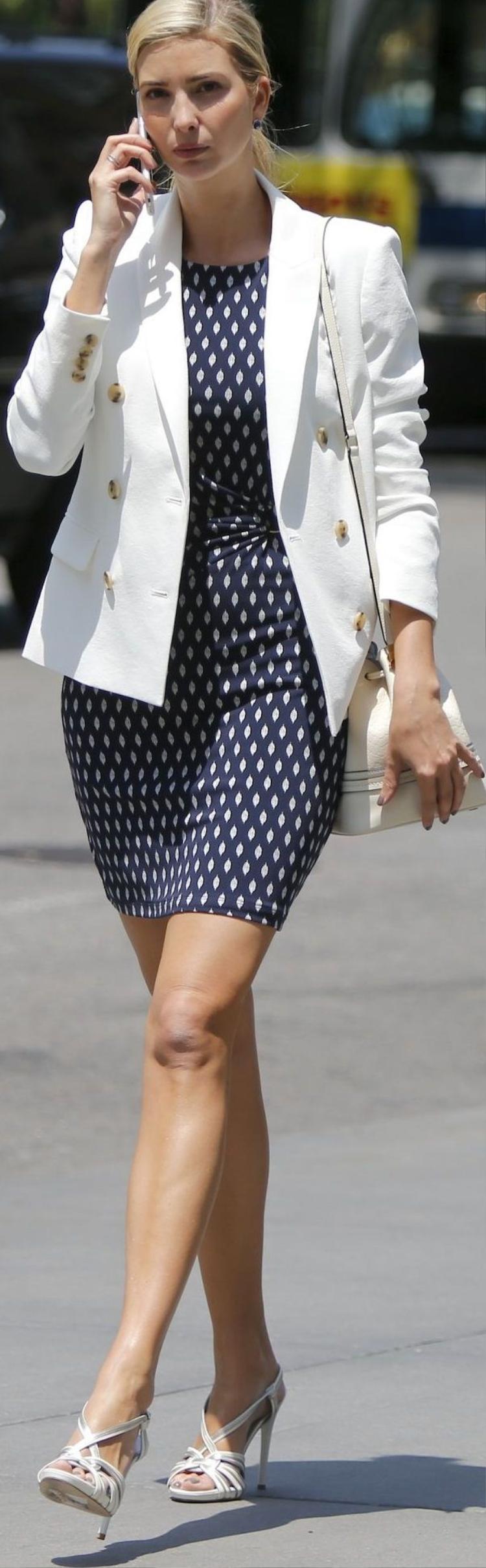 Có khi, cô xuất hiện như một CEO đỉnh cao với outfit gồm đầm body ôm, áo vest trắng điểm nhấn nút vàng cùng giày và túi tone màu sáng.