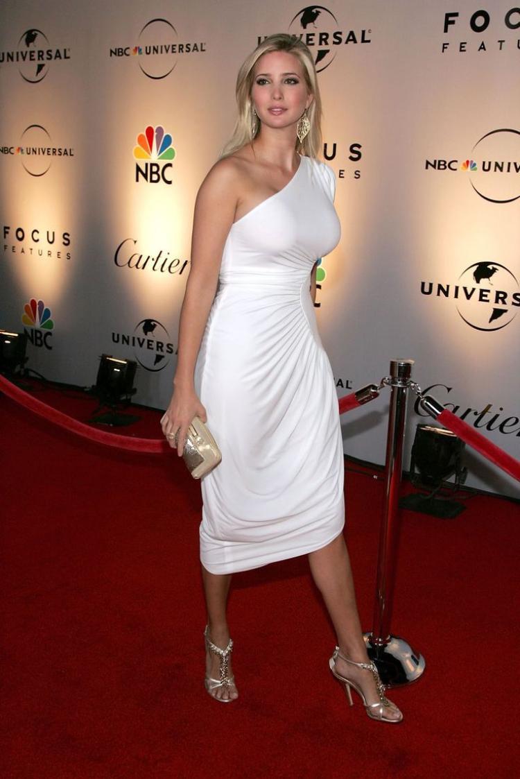 Chiếc đầm trắng với chi tiết dún eo , lệch vai này cũng là một thiết kế của Ivanka, phối cùng giày và ví cầm tay ánh kim cùng tông màu.