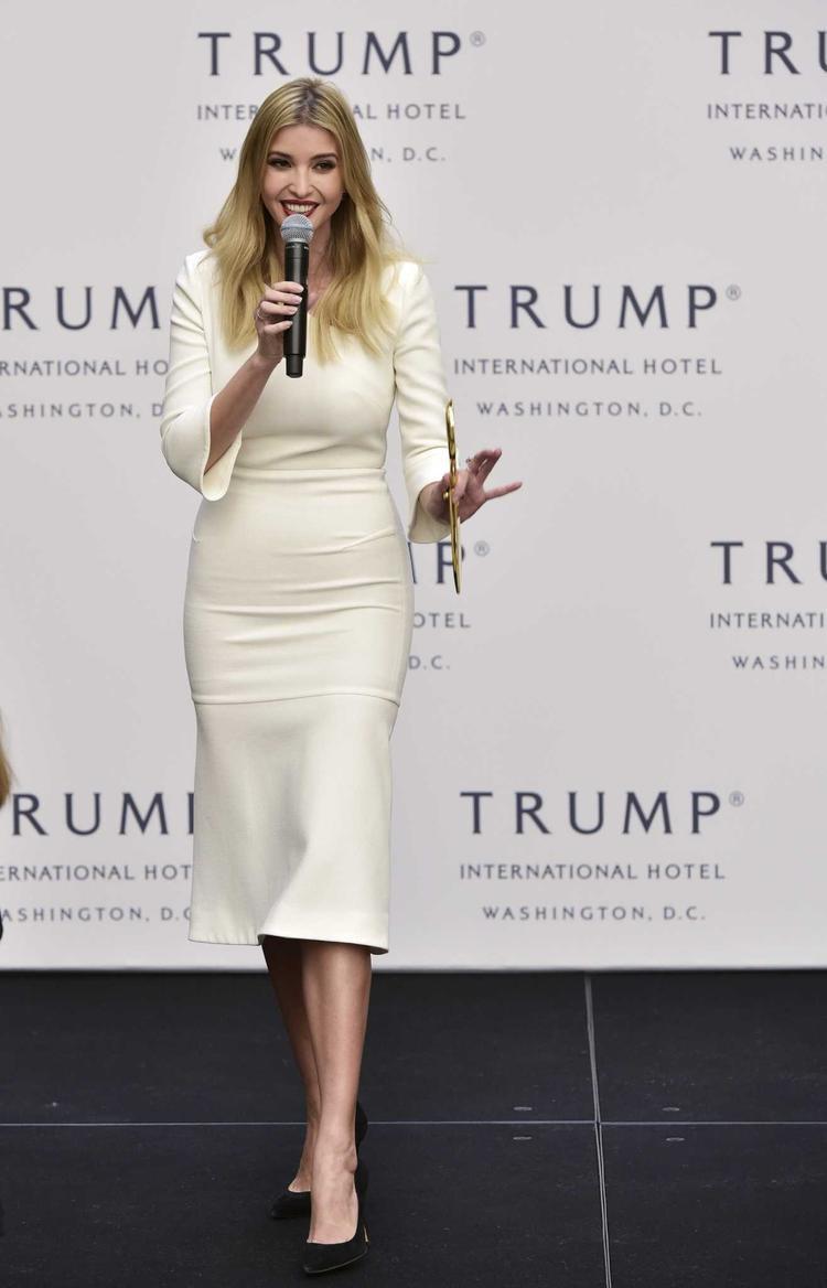 Cô nàng rất ưa chuộng gam màu trắng kem khi lần nữa sử dụng gam màu nay cho bộ trang phục này, nền nã, thanh lịch nhưng đẳng cấp!