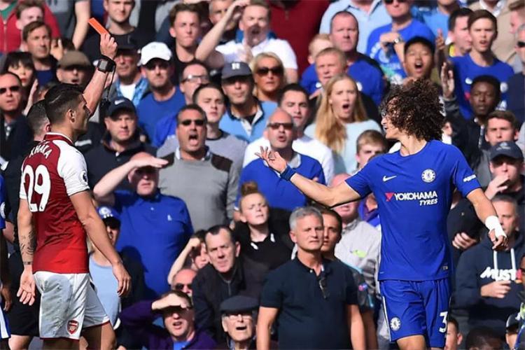David Luiz bị đuổi ở trận này nên không thể gặp lại Man City.
