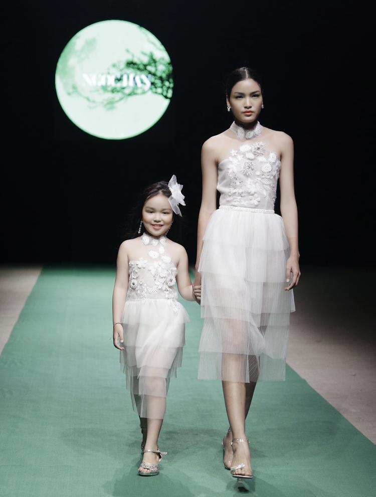 Chủ thể thiết kế của người đẹp khắc họa mùa Xuân Hè ngập tràn màu trắng và những thiên thần hết sức hồn nhiên.