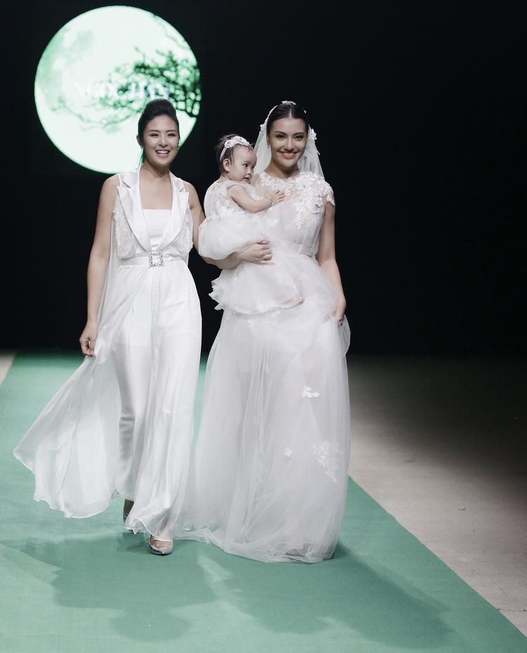 Hoa hậu Ngọc Hân là một trong những nhà thiết kế trình làng bộ sưu tập tại đêm mở màn.