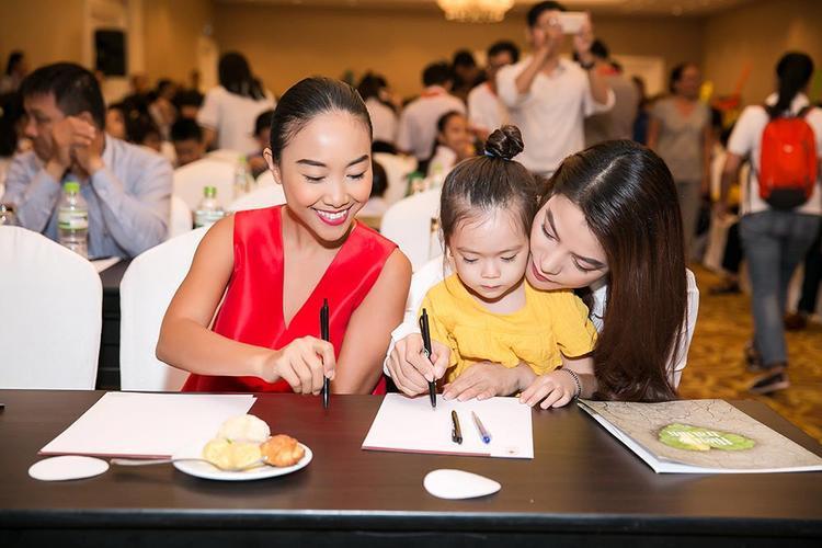 Ca sĩ Đoan Trang cũng có mặt trong chương trình từ thiện lần này.