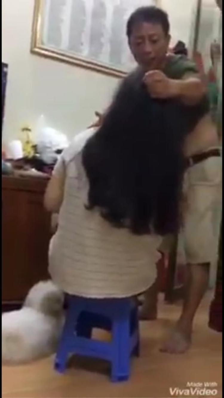 Và bức ảnh người đàn ông túm tóc con gái được cut ra từ đoạn clip khiến nhiều người hiểu lầm.