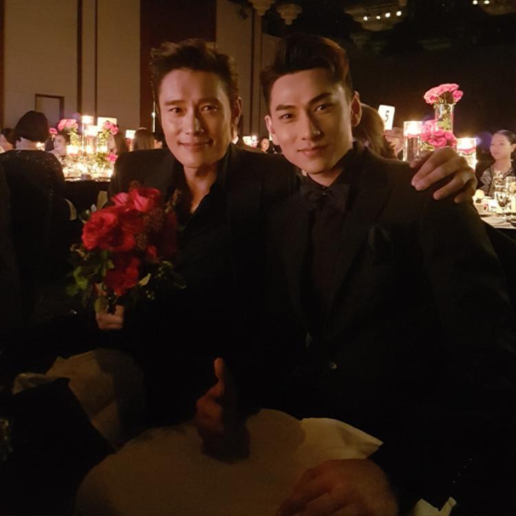 Nam diễn viên chụp ảnh cùng ngôi sao Lee Byung-hun.