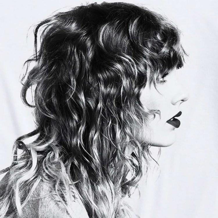"""Playlist này mang tên """"Songs Taylor Loves"""" với 70 ca khúc đang được người hâm mộ truyền tay mạnh mẽ."""