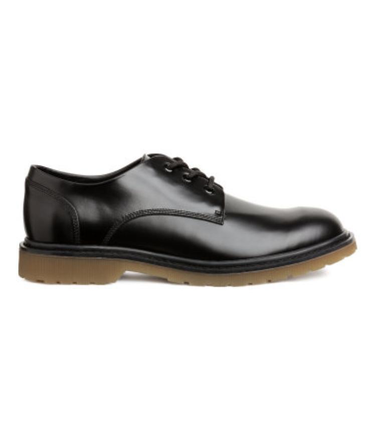 Duy chỉ có duy nhất sản phẩm giày được lên kệ ở store Việt Nam, và chúng có giá khá ổn: 1.099.000 VNĐ.
