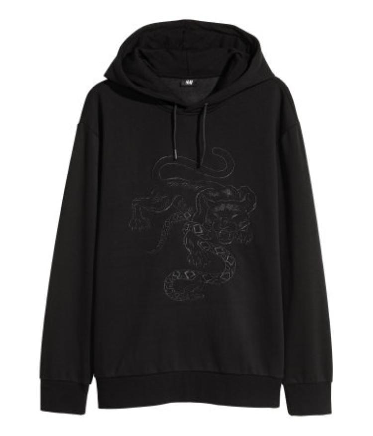 Nhìn chung, các mẫu hoodie có độ dày vừa phải, mỗi thiết kế đều sở hữu dấu ấn riêng từ The Weeknd.