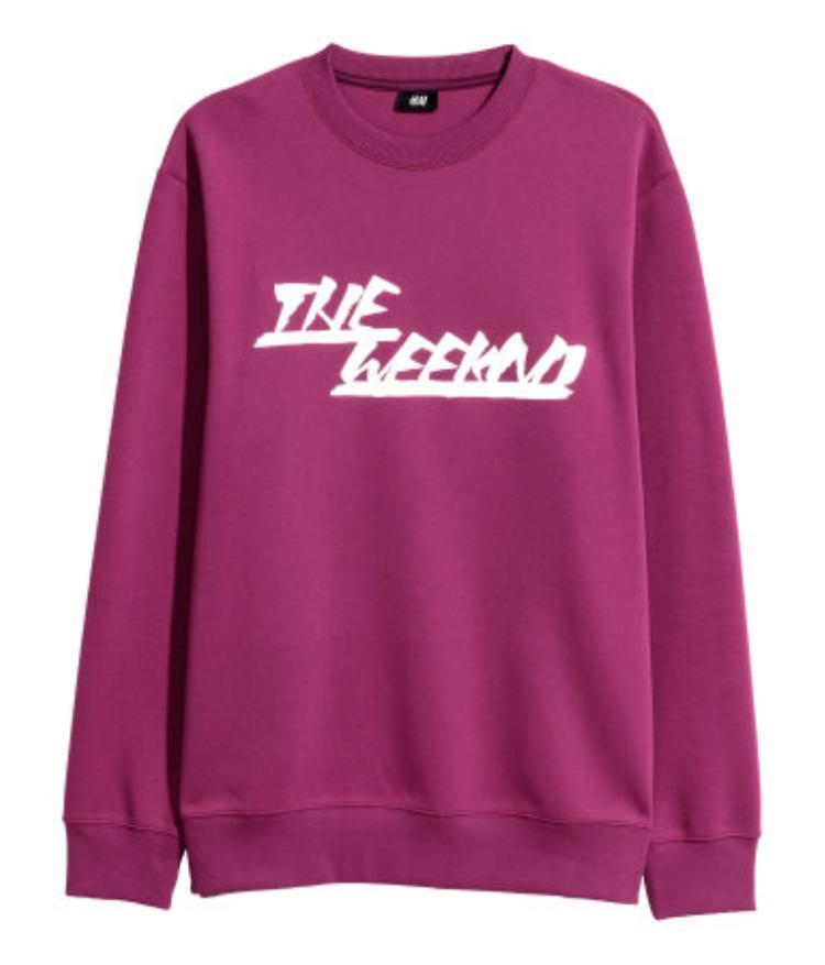Đầu tiên phải kể đến dàn sweater đủ màu, đồng giá 599.000 VNĐ.