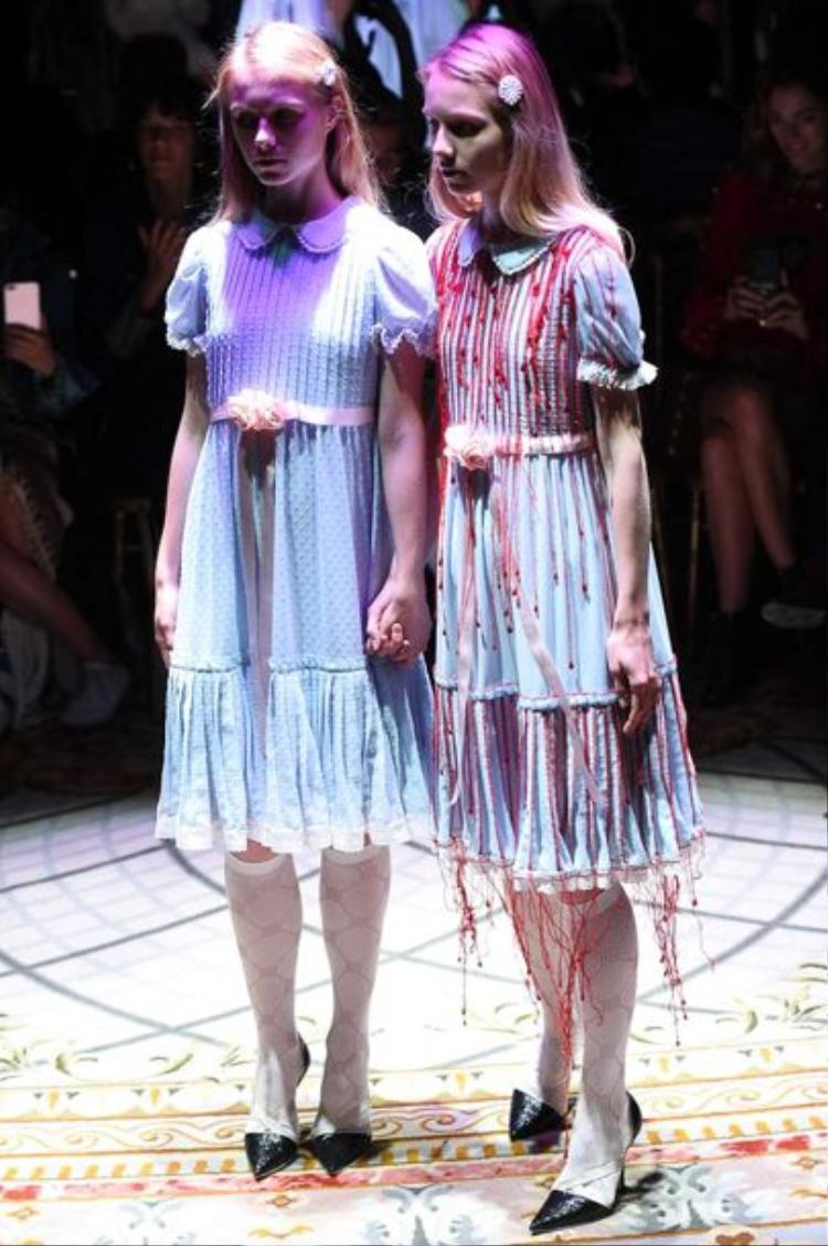 Cặp song sinh bước ra từ The Shining trong show diễn Undercover. Bộ váy được đính kết tựa một chiếc váy dính đầy máu.