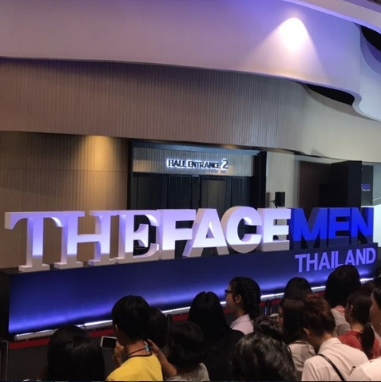 Các fan đứng đợi đông nghit ở sảnh ngoài nơi tổ chức chung kết The Face Men.