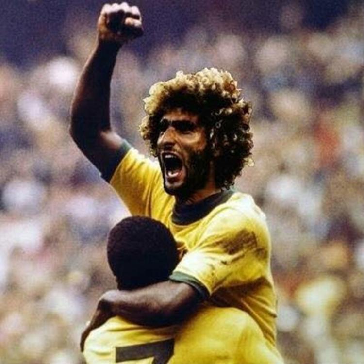 Một CĐV tinh nghịch còn ghép Fellaini vào người… Pele, ý ám chỉ anh chính là 'Vua bóng đá' của Man Utd.