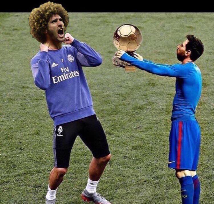 Thậm chí đến Messi cũng phải tìm gặp Fellaini để trao tặng QBV.