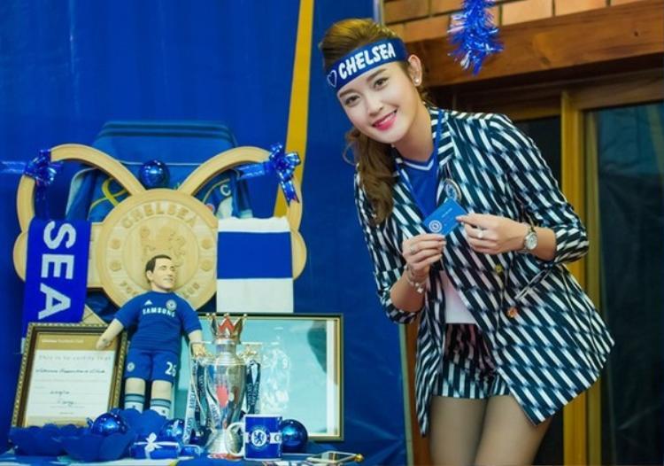 Á hậu Việt Nam 2014 trong một sự kiện của fan Chelsea tại Việt Nam.