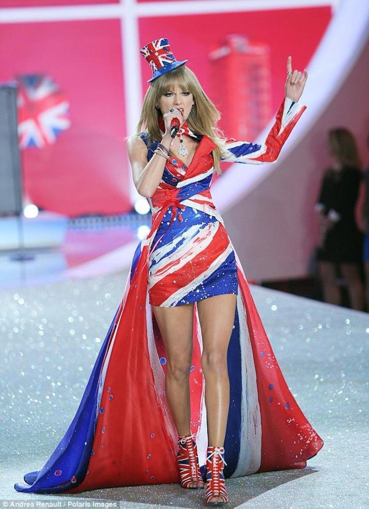 Màn trình diễn mở màn cho Victoria's Secret Fashion Show 2013.