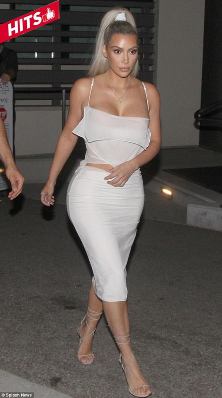 Vẫn là tông trắng quen thuộc nhưng Kim Kardashian dường như đã tinh tế hơn trong khoản mix match trang phục để vừa làm nổi bật những ưu điểm vòng 1, vòng 3 lại vừa chẳng quá phô diễn khiến công chúng ngán ngẫm. Bên cạnh đó, tóc cột đuôi ngựa trẻ trung cũng được áp dụng cho set đồ nữ tính và quyến rũ này.