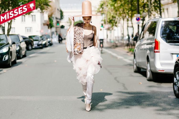 """Xét về tính sáng tạo và độ chịu chơi thì Maya quả là có sự đầu tư """"khủng"""" cho set đồ mang đến Paris Fashion Week. Maya không ngại đội lên đầu chiếc mũ thực hiện handmade được chế tác tại làng nghề Pháp có giá 5000€, jacket khoác hờ 10640€ và quần flowers pants giá 2500€. Tuy nhiên, công tâm mà nói thì sự mix&match rối ren, khá sến súa và thừa thãi của cô nàng đã tạo hiệu ứng không mấy hiệu quả."""